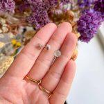Rosenkvarts ørestikker  – Moni Sattler