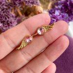 Wing rosa ørestikker – Moni Sattler
